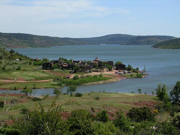 Le petit village de Celles, protégé par les eaux de la vague bleue marine.