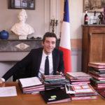 L'édile Julien Sanchez dans son bureau empli de symboles français.