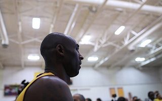 Kobe Bryant pensif devant le début de saison des Lakers (Oliver Petalver / TheDailySportsHerald)