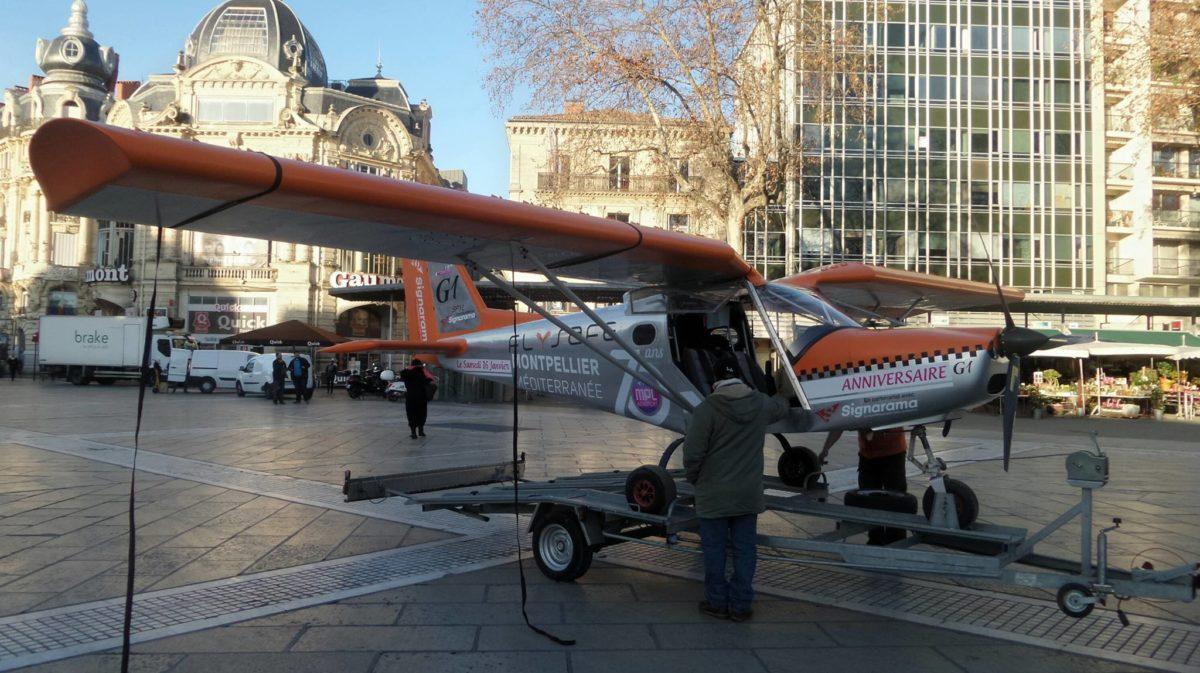 Un petit avion sur la place de la Comédie