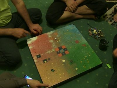 De jeunes afghans jouent