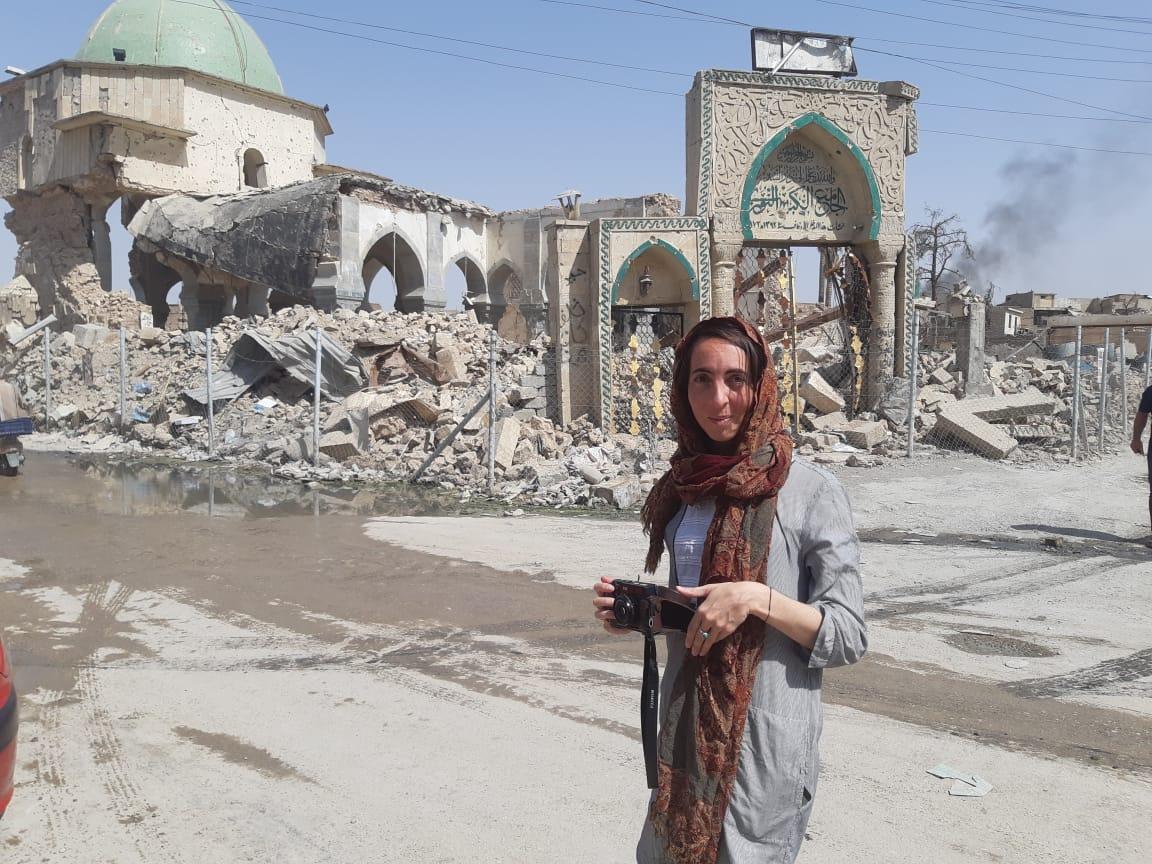 Lara-Scarlett Gervais devant la mosquée Al Nuri à Mossoul en juillet 2018