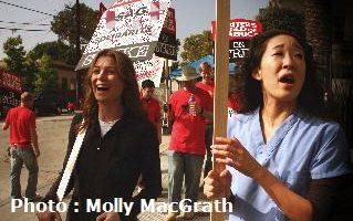 """Ellen Pompeo et Sandra Oh, stars de la série """"Grey's Anatomy"""" ont participé aux manifestations de la WGA"""