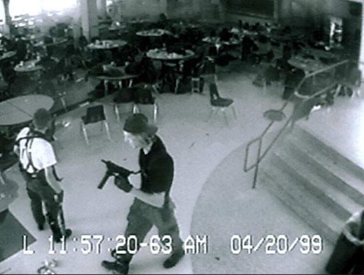 Images de la caméra de surveillance du lycée Colombine où Eric Harris et Dylan Klebold ont tués 13 personnes