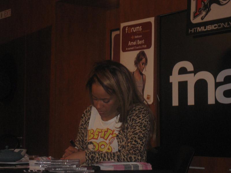 Amel Bent sur la scène du Rockstore