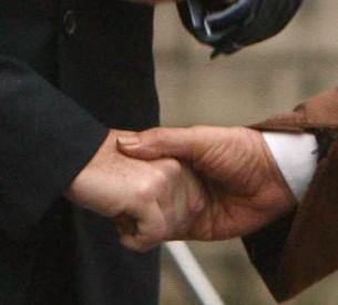 Débat alternatif : peut-on refuser de serrer la main du Président de la République