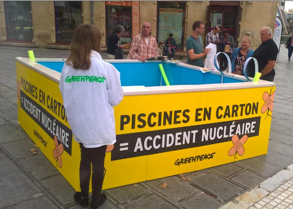 Greenpeace installe une piscine nucléaire sur la Comédie