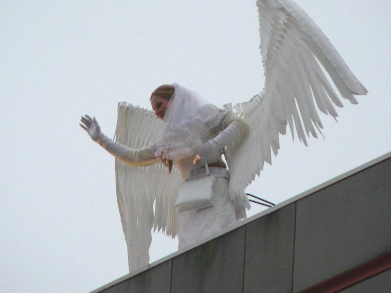 Levez les yeux au ciel, un ange vous observe