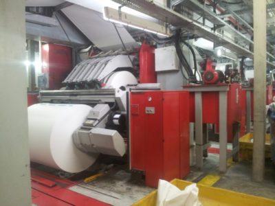 Les énormes rouleaux de papier sont insérés dans la rotative