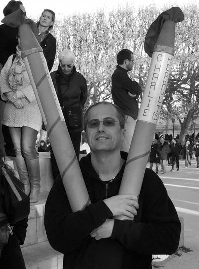 Le V de la victoire, représenté avec des crayons géants.