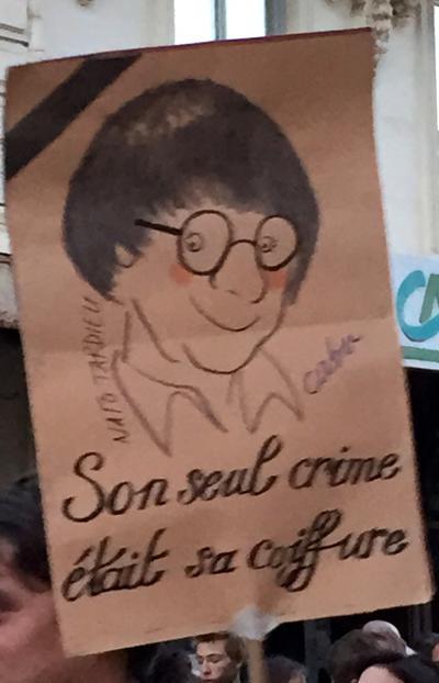 Son seul crime était sa coiffure.