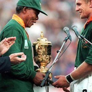 Nelson Mandela arborant le maillot des Springboks lors de la remise de la Coupe du Monde de Rugby en 1995